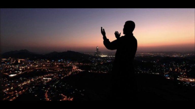 Lever les mains après la prière