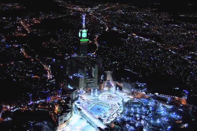 Jeûner pendant le mois de cha'bân est une sunna, de même qu'il est sunna d'en jeûner la plus grande partie, au point que 'Aishah رضي الله عنهاa dit: